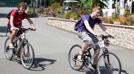 Jeunes hommes faisant du vélo au Camping Lac de Miel