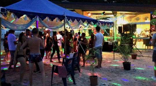 Vacanciers dansant à une soirée du Camping