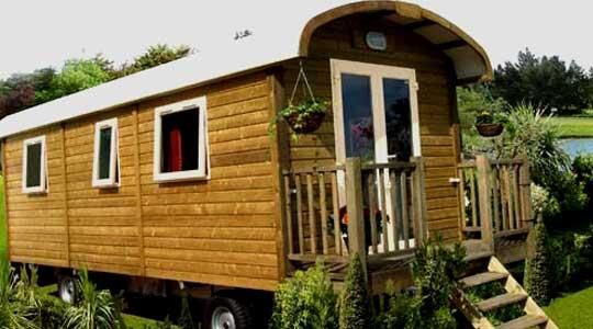 Hébergement roulotte en bois, au camping Lac de Miel pour 4 personnes