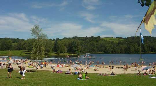 Vacanciers sur la plage du Lac de Miel à Beynat